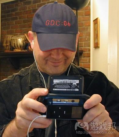 Peter Dresche正在使用他那台定制的黑色nanoHiptop边玩游戏边听歌