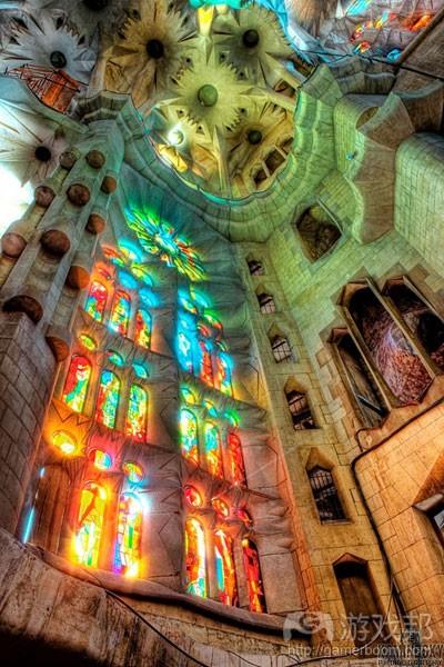 """位于巴塞罗那的尚未完工的圣家族教堂,其漫射光产生一种叫作""""Lux Nova""""的特效"""