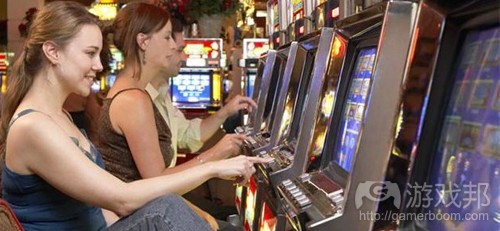 Woman_Playing_Slot_Machine_in_Casino(from gamasutra)