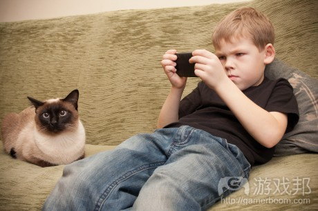 kid-with-smartphone(from nerdywithchildren)