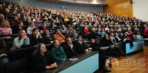 people_listen_to_dame_jane_goodall_s_lecture(from gamasutra)