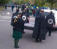 appleinsider:微软员工为iphone和blackberry举行葬礼游行